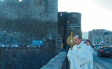 Bishop performs blessing ceremony in Co. Tipperary towns to bring church closer topeople during Covid-19 crisis